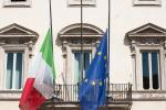 Bandiere a mezz'asta per le vittime del virus
