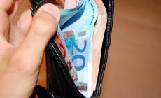 Cassiera fa restituire una pochette piena di soldi alla proprietaria