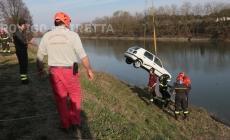 Auto cade in Canalbianco, sommozzatori in azione