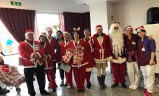 Babbi Natale in corsia per regalare un sorriso agli anziani