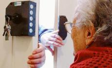 Fingono di essere volontarie per raggirare gli anziani