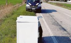 Incivili in azione: abbandonano un freezer sulla provinciale
