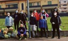 I volontari puliscono la ciclabile dalle immondizie