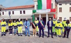 Il paese celebra la Festa della Liberazione davanti al grande Tricolore