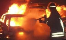 L'auto va in fiamme, in due si mettono in salvo