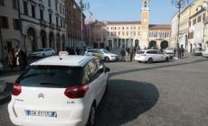 Appiedati dalla guerra dei taxi <br/> due centralini distinti, stesso servizio