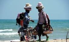 Compra in spiaggia da un abusivo e si becca la multa!
