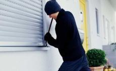 Poliziotti beccano in flagranza il ladro mentre rovista in una casa