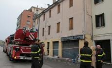 Dopo il terremoto cadono calcinacci da un rudere in centro a Rovigo