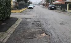 In Tassina, i marciapiedi cadono a pezzi