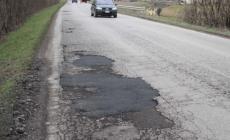 Provinciale piena di buche: danneggiati cerchioni e ruote