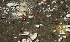 Bottiglie rotte nel sottopassaggio paura per i passanti