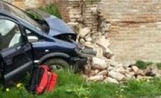 Schianto sul muro con l'auto: ferite, ma salve per miracolo