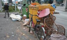 Un interno salotto sul marciapiede tra i rifiuti