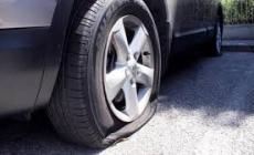 Frassinelle, strage di pneumatici vicino alla pizzeria