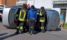 Auto capovolta in Tassina, bloccato il traffico, nessun ferito