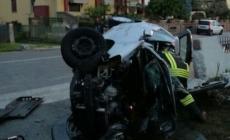 Si schianta con l'auto contro un muretto, 23enne in prognosi riservata