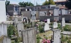 Cimitero fra degrado e erbacce