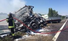 Camion a fuoco, autista muore carbonizzato. Traffico in tilt in A13