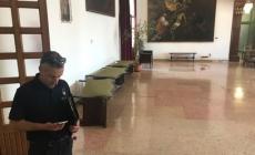 Chiede udienza al sindaco, si vendica spargendo cibo a Palazzo Nodari