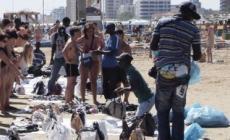Spiaggia invasa dagli abusivi, segnalazioni e proteste