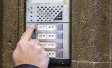 Bussa alla porta e fa domande sospette: in rete scatta l'allarme
