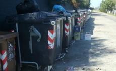 Montagna di rifiuti e tombino scoperchiato: la segnalazione funziona