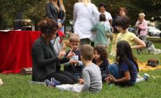 Lanterne magiche e ocarine incantano i piccoli lettori nel parco