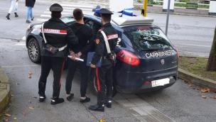 Assalti a bancomat, negozi, attività artigianali e auto in sosta: presa la banda di rom e marocchini