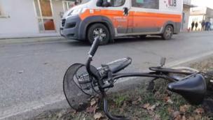Investito da un'auto in sella alla bici, grave un 16enne