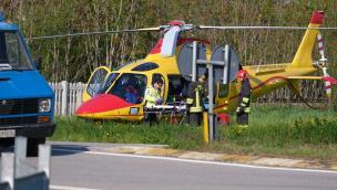 Giovane donna si schianta in moto tornando dal mare, arriva l'elicottero