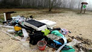 Sfregio all'oasi, invasa dai vandali dei rifiuti
