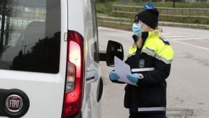 Sconfina e gira senza mascherina: multa da 800 euro