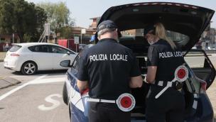 5 in auto senza mascherina, stangata da 2mila euro