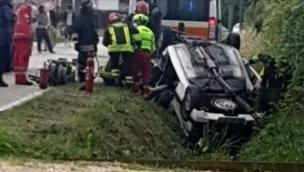 Auto si schianta nel fossato: due morti e un ferito grave