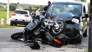 Schianto con un'auto: muore motociclista