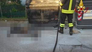 Cassonetto in fiamme, i pompieri trovano un uomo bruciato