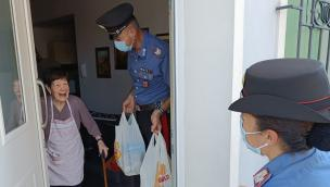 Sola, sorda e con problemi di deambulazione: i carabinieri fanno una colletta e le regalano la spesa