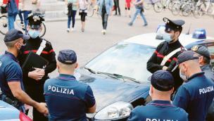 """""""Ragazzini ubriachi, assembramenti, vomito e pipì in piazza"""". Arrivano 112 e 113"""