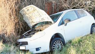Paura in rotatoria, auto nel fosso