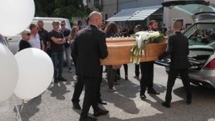 Una folla immensa per l'ultimo saluto a Stefano