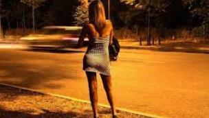 Accompagna una prostituta al lavoro, 50enne in manette