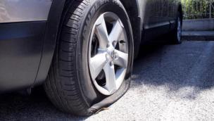 Vandali a Sant'Apollinare: gomme tagliate alle auto
