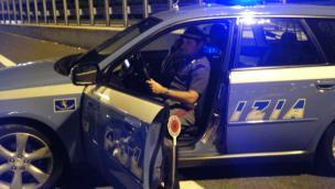 Ubriaco fradicio in auto, si finge poliziotto. Ma ferma due agenti veri...