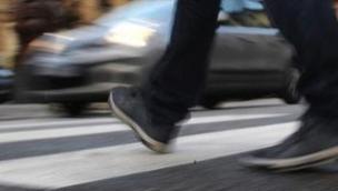 Il pedone che attraversa la strada distratto dal cellulare è responsabile