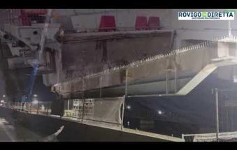 Romea bloccata, posa delle travi sul ponte
