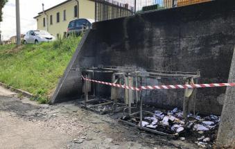 Il piromane colpisce ancora: a fuoco l'isola ecologica