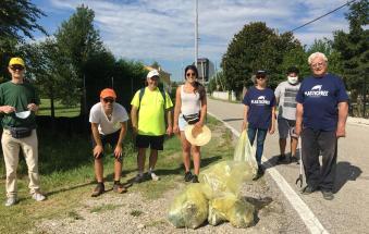 Sindaco e assessori tra i volontari che ripuliscono il paese dalla plastica