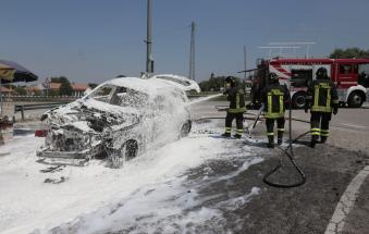 Auto in fiamme all'altezza del ponte di Boara