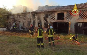 Divorata dalle fiamme la casa abbandonata